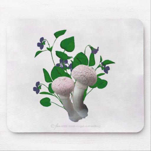 El rosa mullido prolifera rápidamente las violetas tapetes de ratones