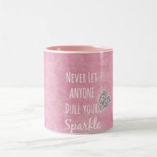 El rosa nunca dejó cualquier persona entorpece su taza de café de dos colores