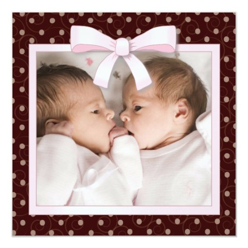 El rosa puntea la invitación gemela del nacimiento
