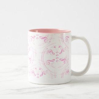 El rosa remolinó mariposa de la música taza de café
