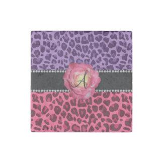 El rosa rosado y púrpura del monograma del imán de piedra