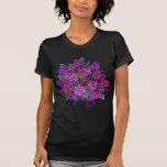 El rosa suave femenino con púrpura bonita florece  camiseta
