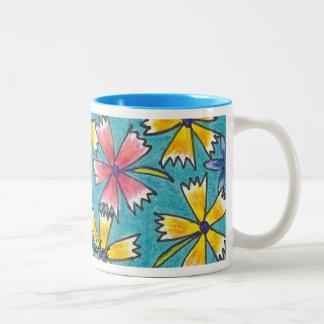 El rosa y el amarillo florecieron la taza dibujada