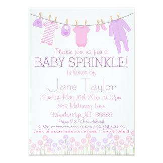 El rosa y el pequeño bebé púrpura de la ropa invitación 12,7 x 17,8 cm