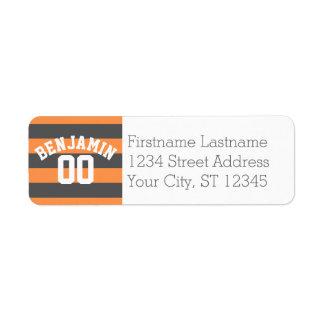 El rugbi gris y anaranjado raya el número conocido etiqueta de remitente