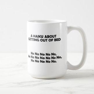 El salir del Haiku de la taza divertida de la cama