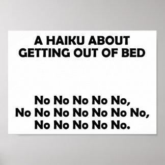 El salir del Haiku del poster divertido de la cama