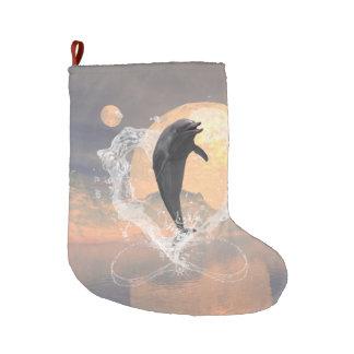 El saltar del delfín de un corazón hecho del agua calcetín navideño grande