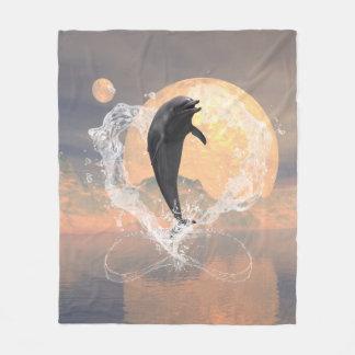 El saltar del delfín de un corazón hecho del agua manta de forro polar
