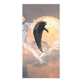 El saltar del delfín de un corazón hecho del agua tarjeta fotografica personalizada