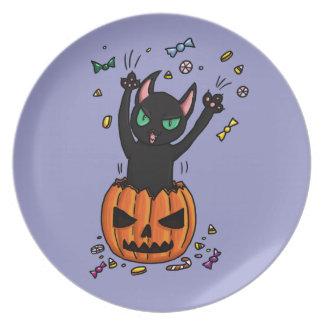 El saltar del gato negro de Halloween de una calab Platos De Comidas