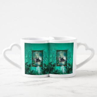 El saltar divertido del delfín de un bastidor set de tazas de café