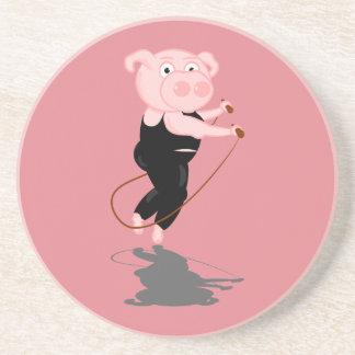 El saltar lindo del cerdo del dibujo animado posavasos para bebidas