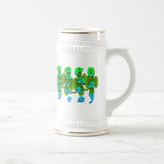 El santo feliz acaricia a día jarra de cerveza