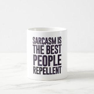 El sarcasmo es el mejor repulsivo de la gente taza básica blanca