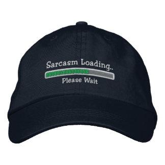 El sarcasmo que carga por favor espera gorro bordado