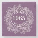 El sello blanco del vino de la vid del vintage, añ posavasos de piedra