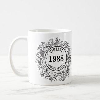 El sello del vino de la vid del vintage añade año taza
