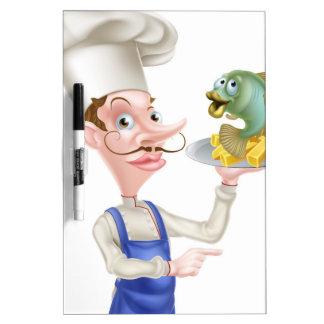 El señalar del cocinero de los pescado frito con pizarra