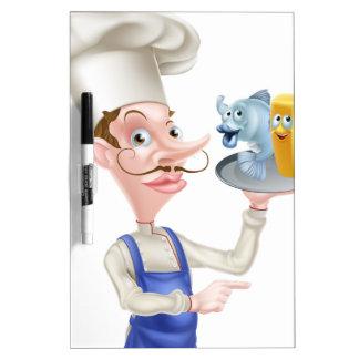 El señalar del cocinero de los pescado frito con pizarras blancas de calidad