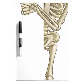El señalar del esqueleto del dibujo animado pizarras