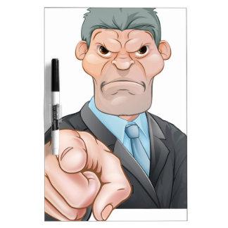 El señalar enojado del hombre de negocios tablero blanco