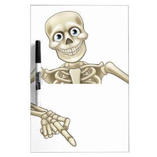 El señalar esquelético del dibujo animado en la tableros blancos