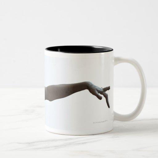 El señalar extranjero taza de café de dos colores