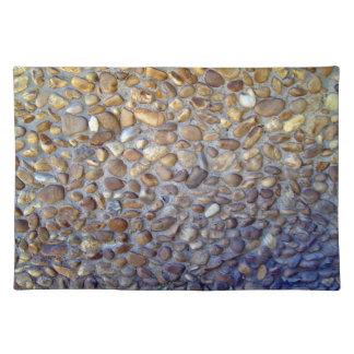 El sendero colorido del pavimento del guijarro mantel