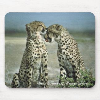 El sentarse de dos guepardos cara a cara tapete de raton