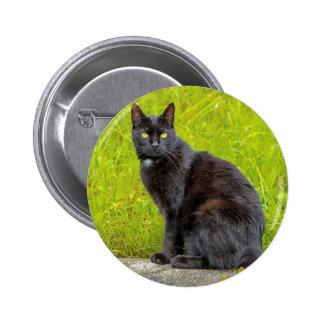 El sentarse del gato negro al aire libre pin redondo de 2 pulgadas