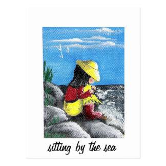 El sentarse por el mar tarjeta postal