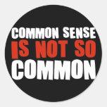 El sentido común no es tan común pegatina redonda