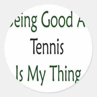 El ser bueno en el tenis es mi cosa pegatina redonda