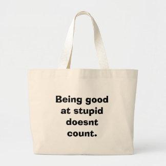 El ser bueno en estúpido no cuenta bolsas de mano
