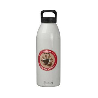 El ser humano inmediato apenas añade el café botella de agua reutilizable