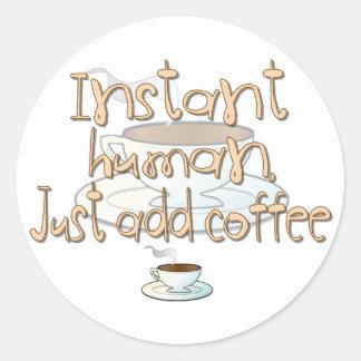 El ser humano inmediato, apenas añade el café pegatina redonda