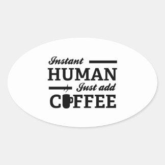 El ser humano inmediato apenas añade el café pegatina ovalada