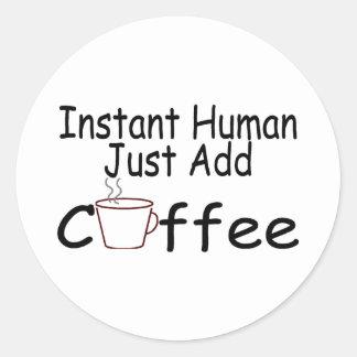 El ser humano inmediato apenas añade el café pegatina redonda
