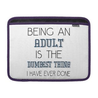 El ser un adulto es la cosa más muda - cita funda  MacBook