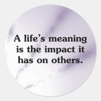 El significado de la vida está ayudando a otras pegatina redonda