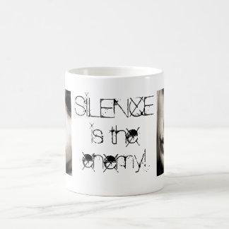 ¡el silencio es el enemigo! taza