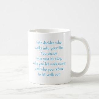 El sino decide a quién camina en su vida taza de café