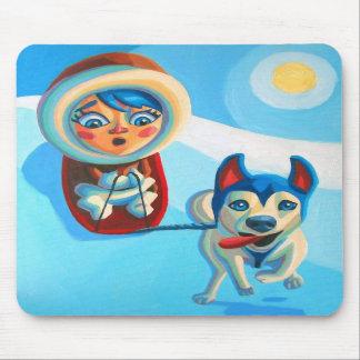 El Sledding con el perro esquimal Tapetes De Ratón