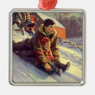 El Sledding del navidad, del padre y de la hija Adorno Cuadrado Plateado