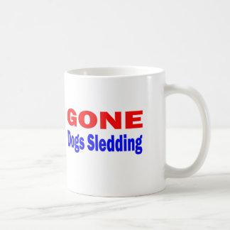 El Sledding. ido de los perros Taza Básica Blanca