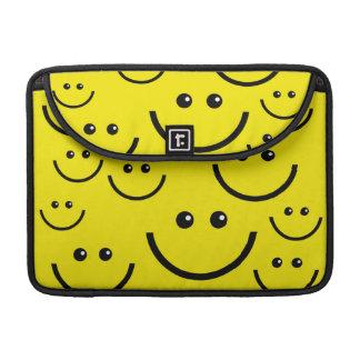 El smiley amarillo hace frente a la manga de Macbo Fundas Para Macbooks