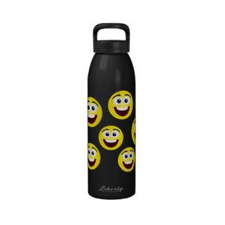 El smiley de risa hace frente a la botella de agua