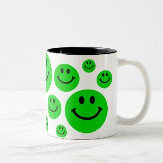 El smiley verde hace frente a la taza