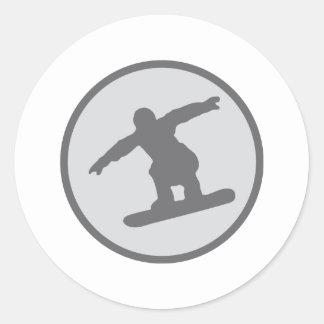 el snowboarder de la snowboard salta pegatina redonda